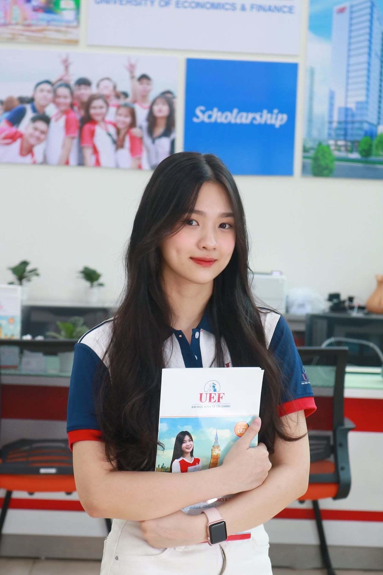 Sở hữu vẻ đẹp trong trẻo, Hồng Nhung - cô sinh viên đến từ trường UEF khiến cộng đồng mạng bật chế độ 'truy lùng' thông tin.