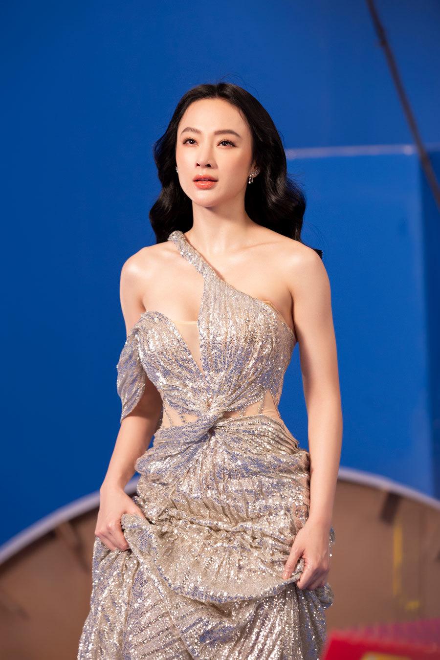 Trên trang cá nhân, Angela Phương Trinh đăng loạt ảnh kèm ghi chú: 'Hãy tỏa ánh hào quang như một nữ thần, bởi nơi đó sẽ tràn ngập ánh sáng với ánh nhìn đối diện khi bạn bước đến'.