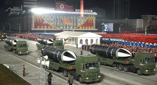 Các thiết bị quân sự được trình diễn trong cuộc diễu hành.Ảnh: Reuters.