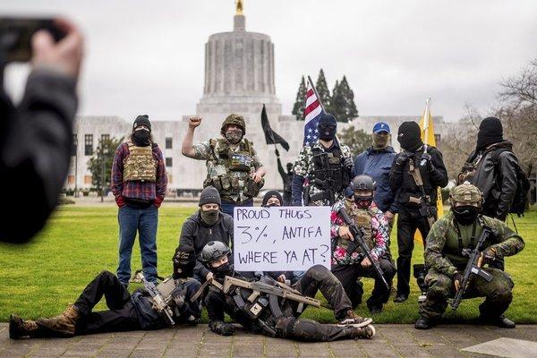 Một nhóm biểu tình vũ trang bên ngoài tòa nhà hội đồng bang Oregon, Mỹ. Ảnh: AP