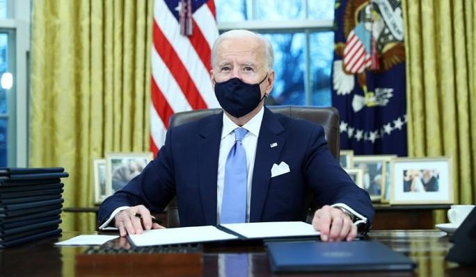 Tổng thống Mỹ Joe Biden ngày 20-1 ký hàng loạt sắc lệnh hành pháp đảo ngược chính sách của người tiền nhiệm. Ảnh: ABC News