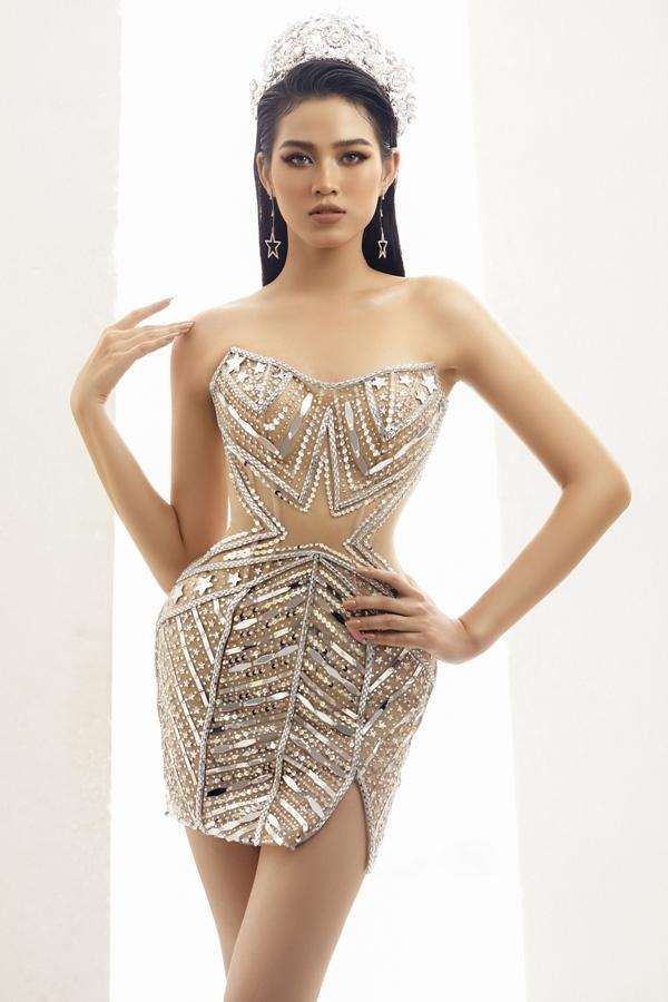 Ngược lại, Hoa hậu Đỗ Hà toát lên vẻ hiện đại, nữ quyền trong chiếc váy ống đính đá lấp lánh với điểm nhấn phần bụng, vừa thể hiện nguồn năng lượng từ thế hệ genZ, vừa khoe được dáng vẻ mảnh mai vốn có.