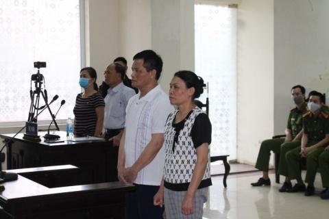 Vợ chồng bà Quyết tại phiên tòa sáng ngày 11/5/2020