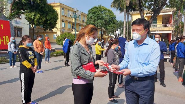 Bí thư tỉnh ủy Hải Dương Phạm Xuân Thăng tặng quà cho các bệnh nhân được công bố khỏi bệnh