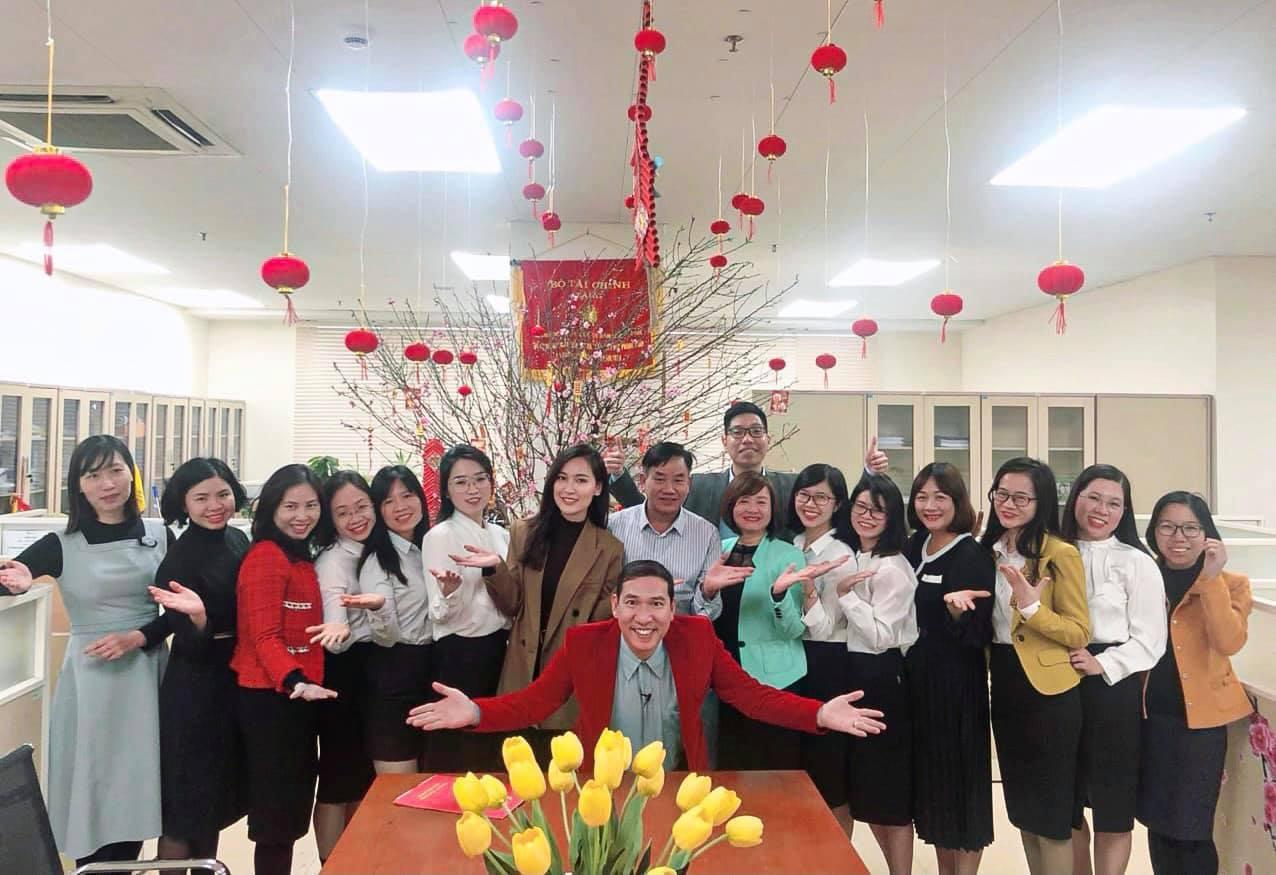 Linh Thuỷ cùng ê kip và nghệ sĩ Quang Thắng ở hậu trường buổi quay chương trình Thuế và cuộc sống trước Tết.