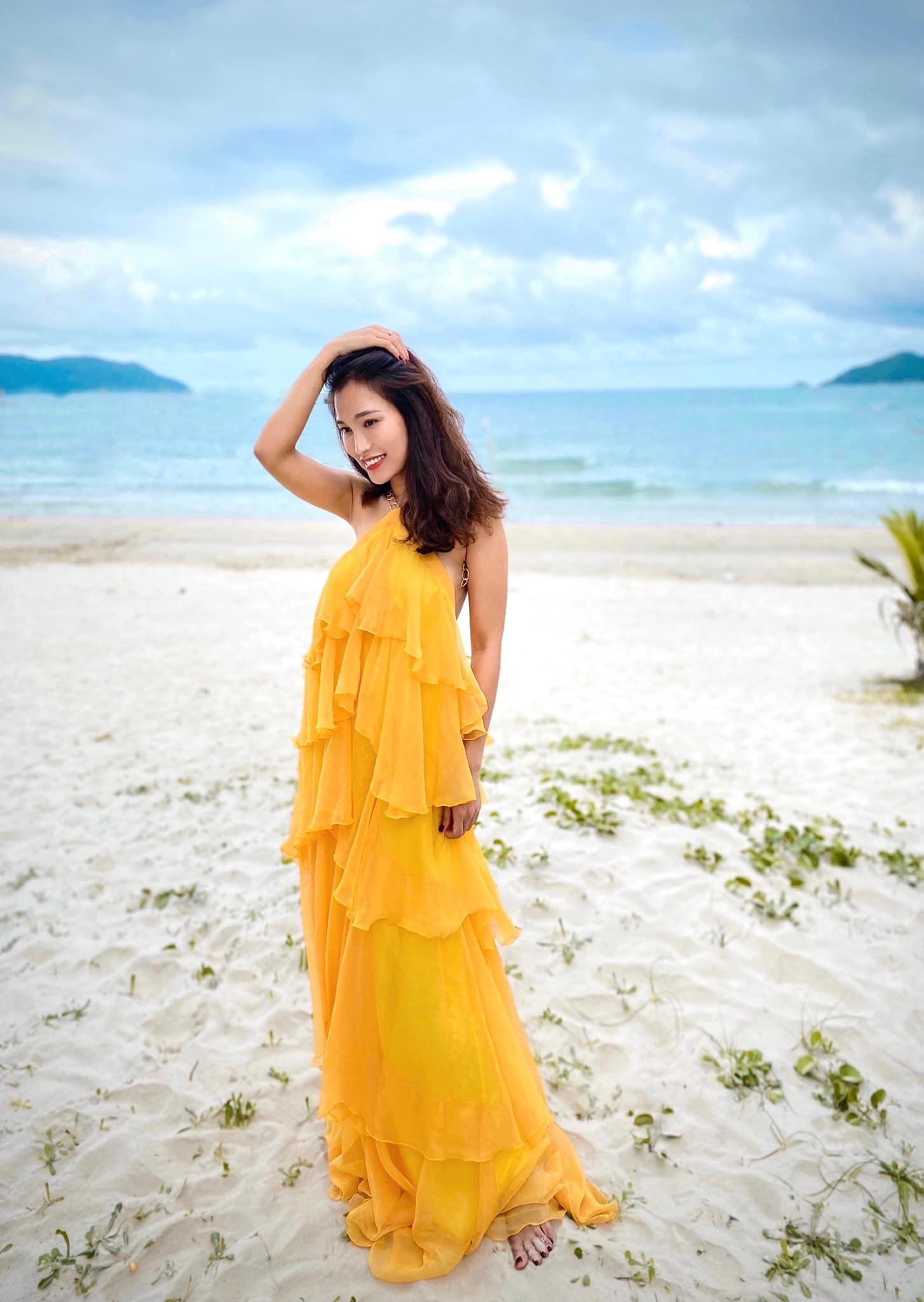 Cô nàng luôn gây ấn tượng với những trang phục đi biển rực rỡ và quyến rũ.