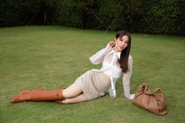 Diễm My làm mới mình trong bộ ảnh thời trang mang phong cách Cowgirl Chic. Điểm nhấn trong outfit lần này của Diễm My là chiếc túi xách to bản và đôi boots nâu được kết hợp với sơ mi xuyên thấu và chân váy nâu be sexy.
