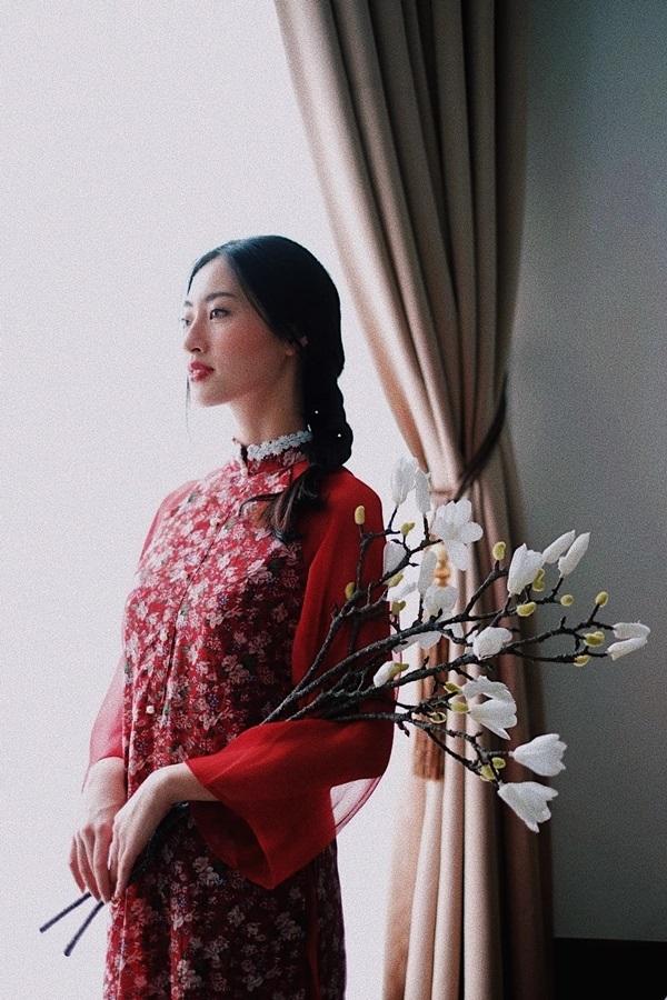 Hoa hậu Lương Thùy Linh cũng khoe bộ ảnh thời trang đậm không khí Tết với áo dài đỏ mang màu sắc truyền thống rõ rệt, từ độ suông ở hai eo, tay áo rộng đến họa tiết hoa đào in trên nền vải.