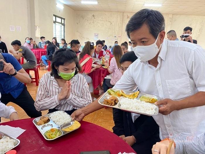 Cơm được ông Hải bưng đến tận bàn ăn cho các sinh viên.