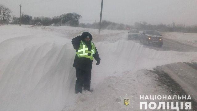 Vì tuyết phủ quá dày quanh làng nên người đàn ông đã nhanh trí dựng mưu nhờ cảnh sát dọn dẹp giúp