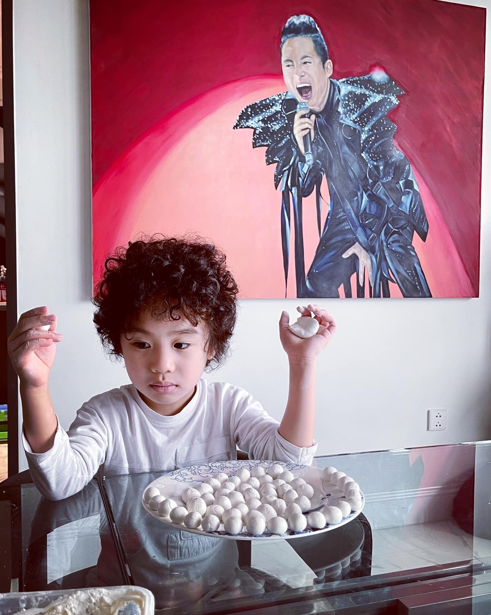 Bé Voi, con trai Tùng Dương, nắn nótnhào nặn từng viên bánh trôi.