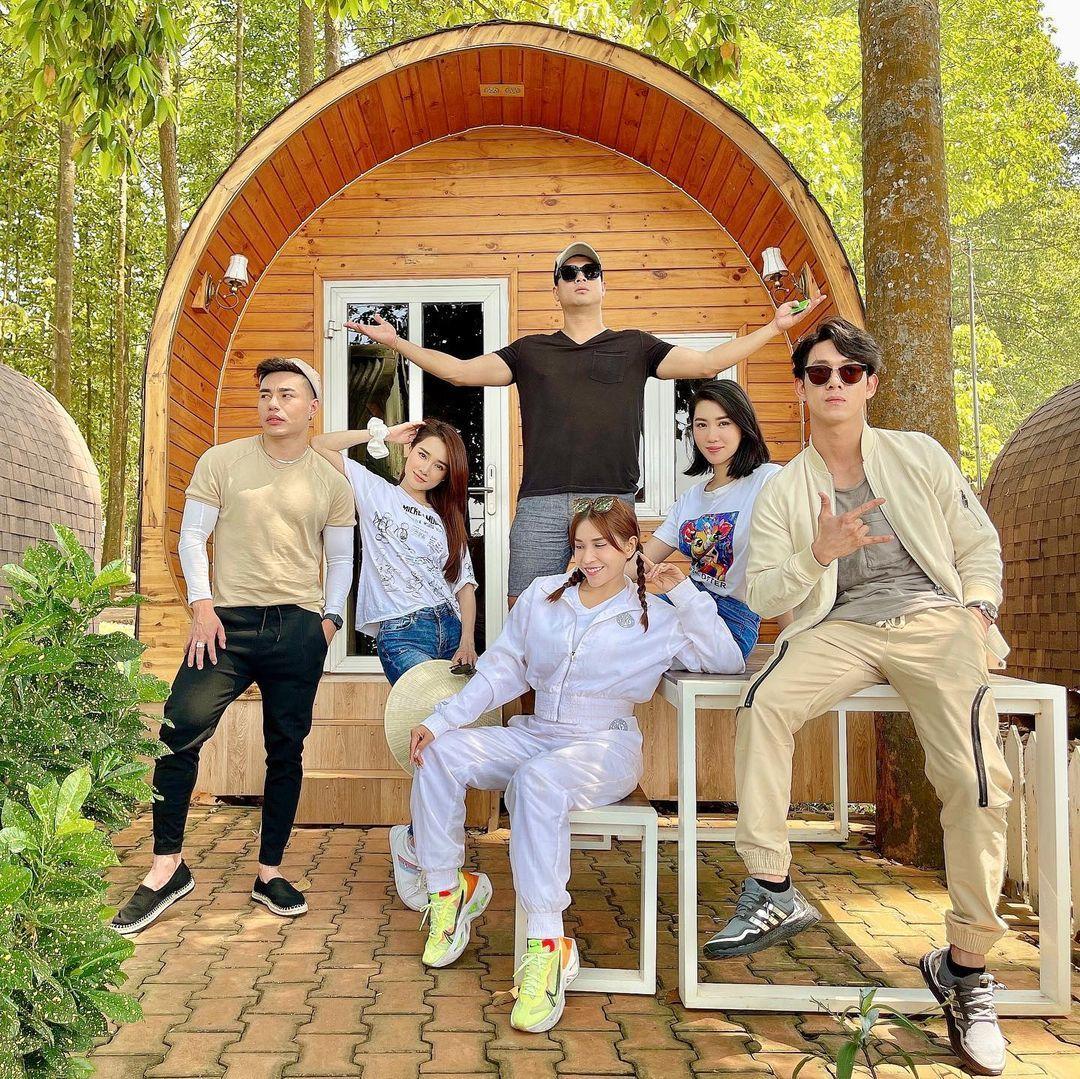 Thúy Ngân, Nhã Phương và hội bạn thân nghệ sĩ đi du lịch cùng nhau.
