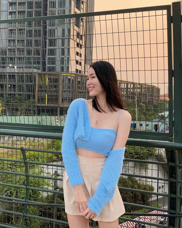 Á hậu Phương Anh chọn phối chiếc áo cardigan croptop màu xanh da trời len lông thỏ với chiếc quần short màu nude khoe vòng eo thon gọn.