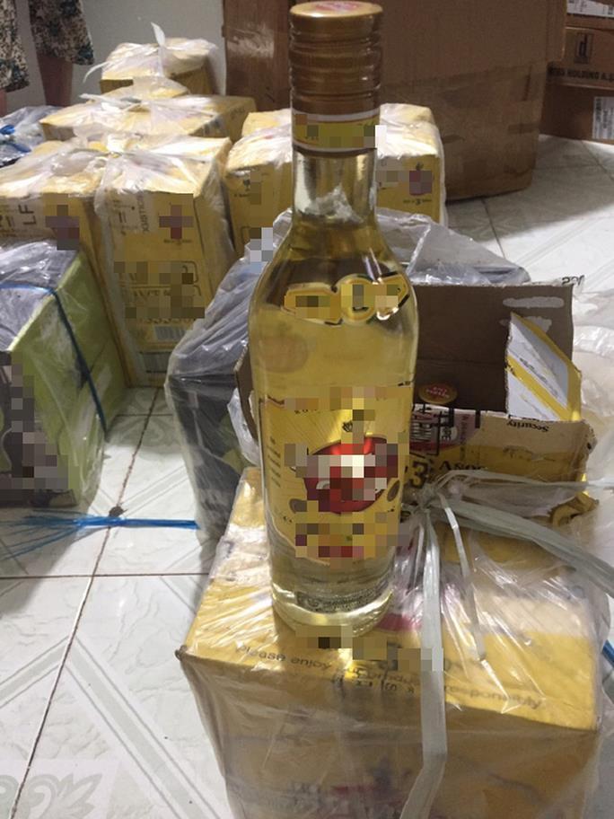 Rất nhiều chai rượu ngoại được giấu bên trong những thùng giấy quấn kín