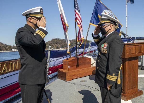 Ông Tín Trần (phải). Ảnh: US Navy