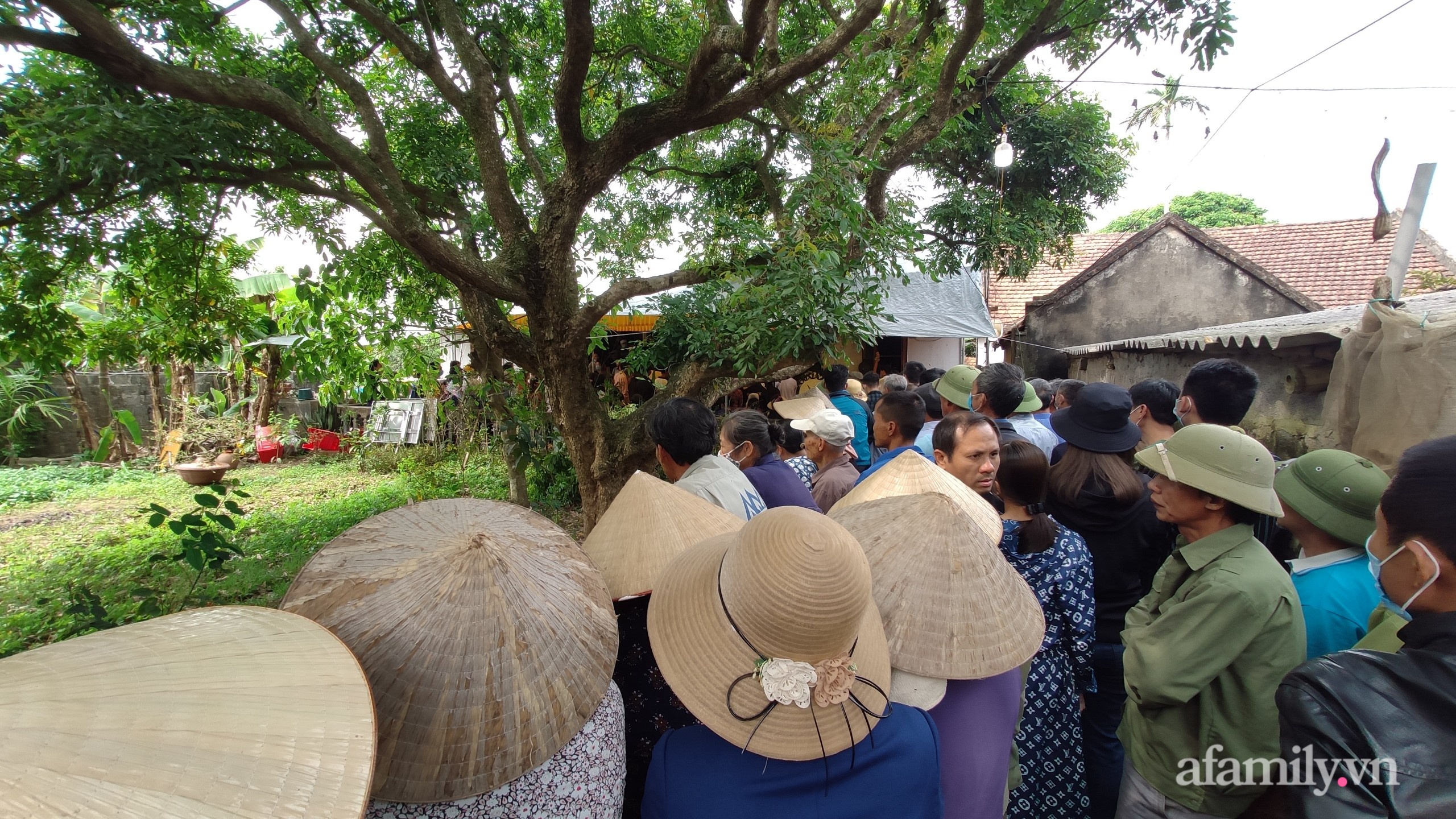 Người dân đến dự đám tang nữ sinh xấu số.