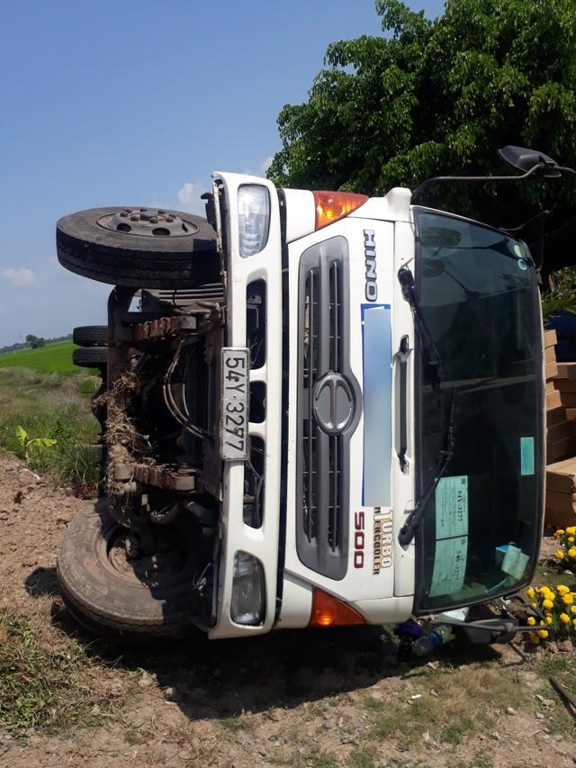 Hiện trường xe tải tự lật ngang gần với khu vực xảy ra vụ tai nạn giữa 2 ô tô trên tuyến đường Phụng Hiệp qua địa bàn huyện Phước Long, tỉnh Bạc Liêu vào sáng 27/2.