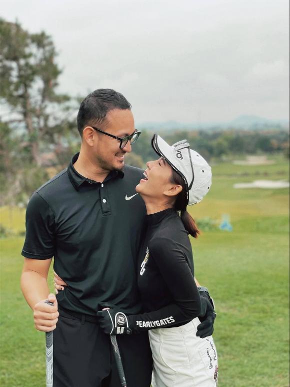 Đăng ảnh bên chồng, Thu Hoài chia sẻ: '1 tuần chồng cho đi đánh 4 trận, lại còn được cả best score nên em cười như được mùa'.