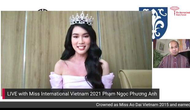Sau buổi livestream kéo dài 25 phút với đại diện của Miss International, Phương Anh chinh phục fan Việt lẫn quốc tế bởi khả năng sử dụng tiếng Anh như 'bắn rap'