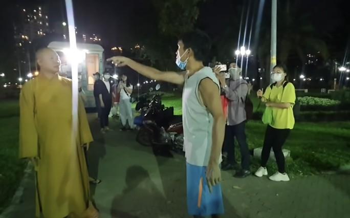 Nhiều Youtuber ghi hình khi ông Nguyễn Minh Phúc và một người dân xô xát