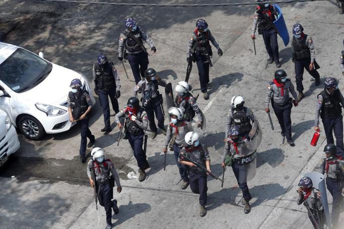 Cảnh sát Myanmar được triển khai trấn áp các cuộc biểu tình. Ảnh: EPA-EFE