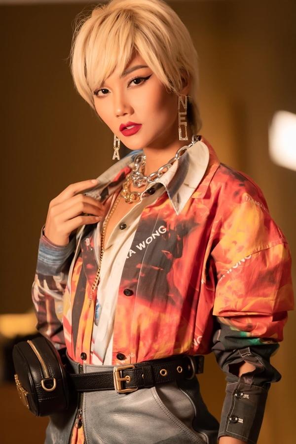 Mái tóc tém bạch kim giúp cho H'Hen Niê khoe được viền mặc sắc nét cùng thần thái mạnh mẽ đậm chất riêng.