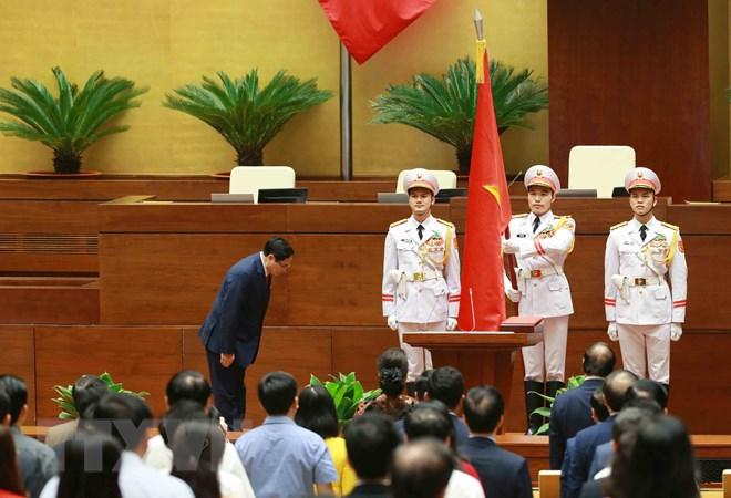 Thủ tướng Chính phủ Phạm Minh Chính chào Quốc kỳ sau khi tuyên thệ nhậm chức. (Ảnh: Phương Hoa/TTXVN)