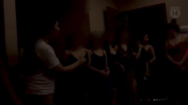 Nhiều cô gái ăn mặc mát mẻ cùng nhau vào phòng để khách chọn