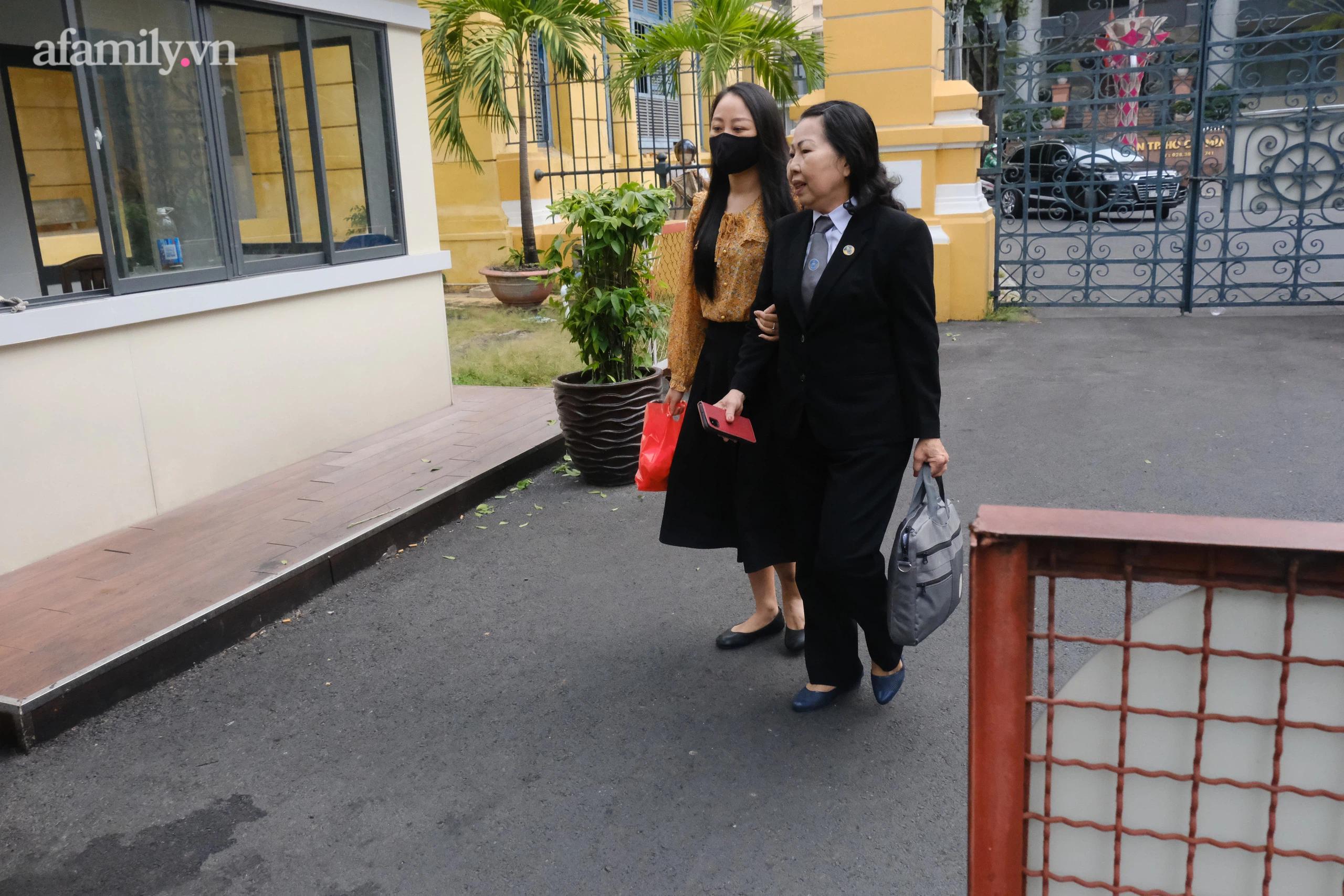 Bị hại Nguyễn Thị Bích Hường cùng luật sư.