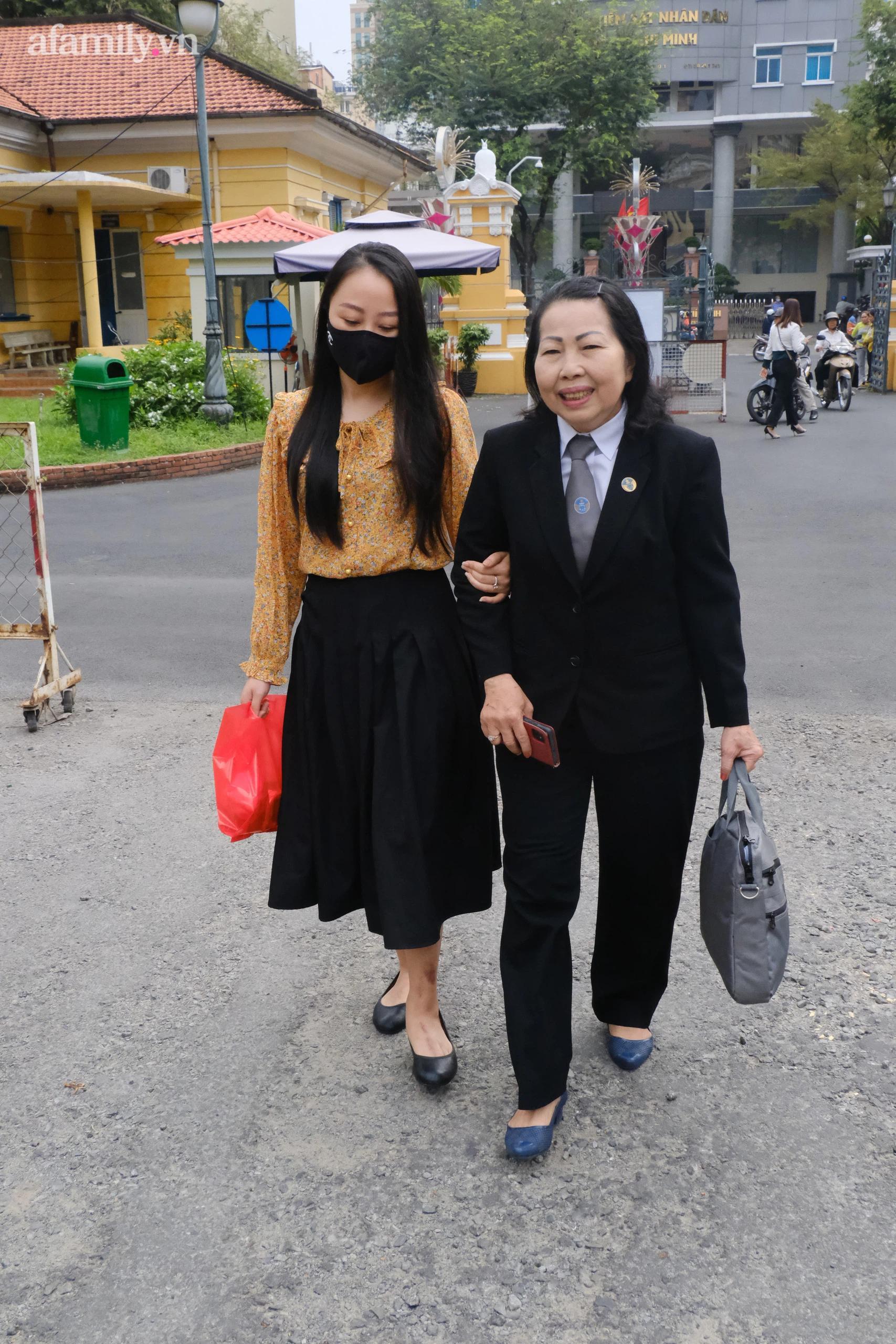 Nữ tiếp viên hàng không được luật sư Ngọc Nữ dìu vào sân tòa.