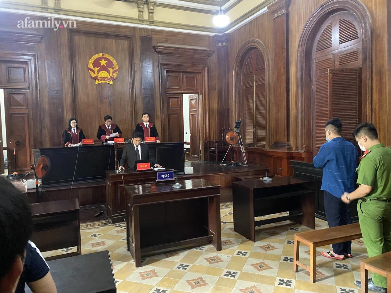 Phiên tòa tiến hành phần thủ tục.
