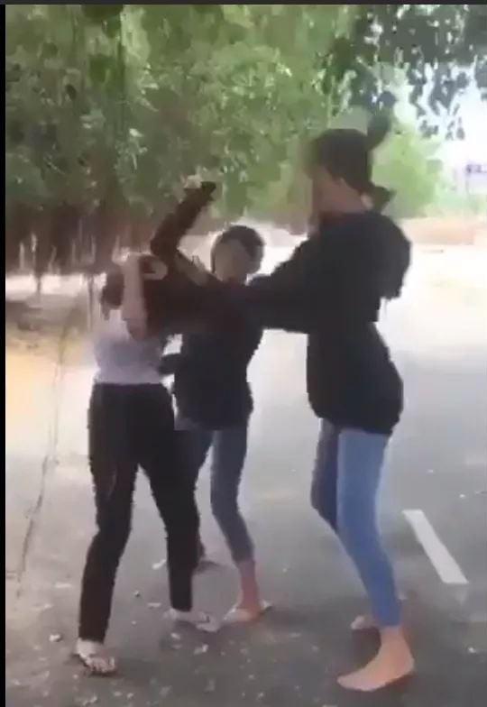Em nữ sinh lớp 8 bị 2 bạn khác đánh liên tiếp vào vùng mặt, đạp vào người. Ảnh cắt từ clip