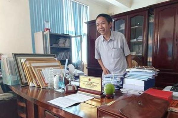 Ông Hồ Đình Tùng bị bắt và khám xét tại nơi làm việc. Ảnh: Vietnamnet.