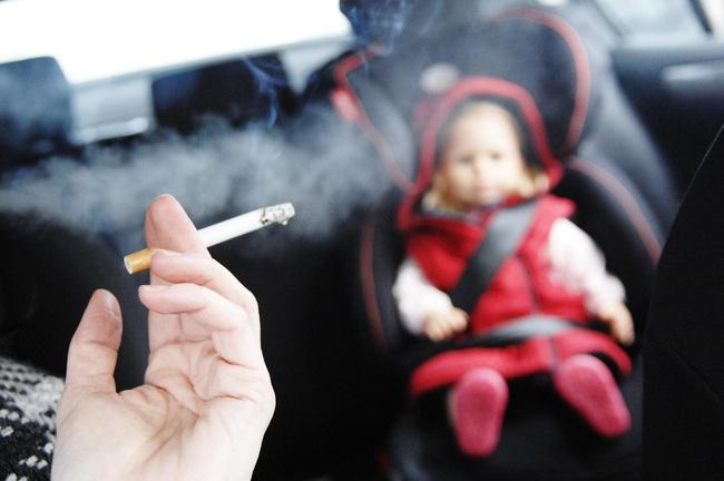 Với hơn 70 chất hóa học gây ung thư và 250 chất độc, không khí chứa khói thuốc lá độc hại và không an toàn đối với trẻ em (Ảnh minh họa).