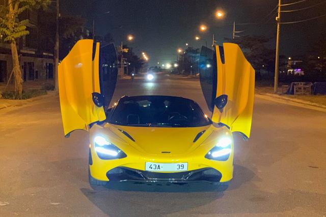 Mới đây, trên mạng xã hội đã lan truyền hình ảnh chiếc McLaren 720S Spider màu vàng với biển số Đà Nẵng. Theo nguồn tin riêng, đây là siêu xe thuộc sở hữu của rich kid 16 tuổi Đà Nẵng, vốn là món quà được bố tặng sinh nhật.