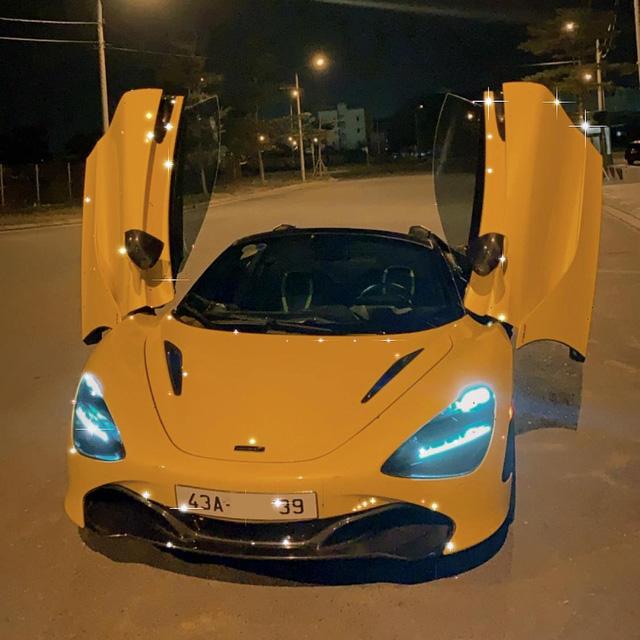 Siêu xe này cũng khá đặc biệt khi được trang bị gói Performance với nhiều chi tiết làm bằng carbon. Bản mui trần gập điện và có thể đóng/mở mui trong 11 giây khi di chuyển ở tốc độ dưới 50 km/h. Nội thất xe màu đen, điểm thêm một số chi tiết màu vàng tương phản.