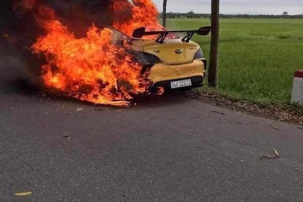 Hiện trường vụ ô tô bốc cháy