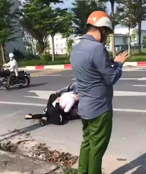 Đạiuý công an đứng gọi điện thoại để người dân tự bắt cướp