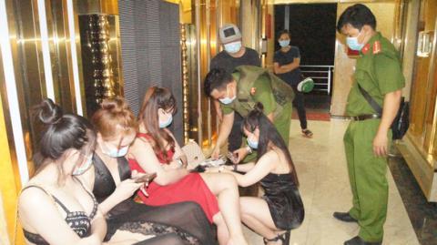 Bất chấp lệnh cấm, quán karaoke vờ tắt đèn hiệu nhưng vẫn cho gần 100 khách hát ở bên trong