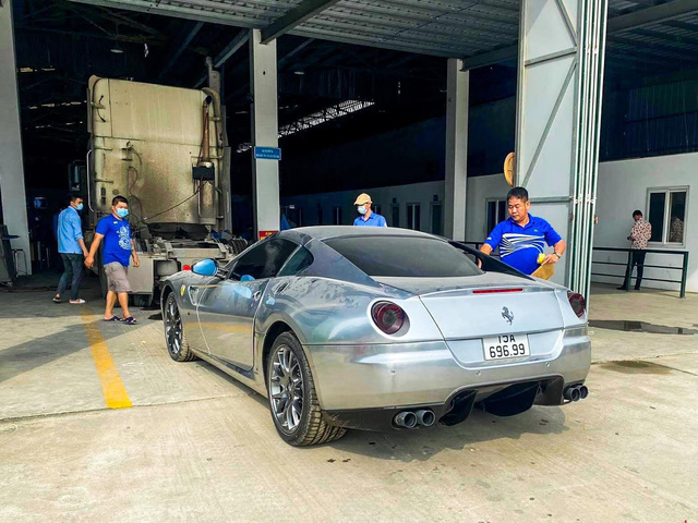 Mới đây, cộng đồng mạng lan truyền hình ảnh chiếc Ferrari 599 GTB màu xám mang biển số Hải Phòng đang làm thủ tục đăng kiểm. Theo nguồn tin riêng, đây là chiếc thứ hai cập bến Việt Nam sau chiếc từng thuộc sở hữu của ông Đặng Lê Nguyên Vũ.