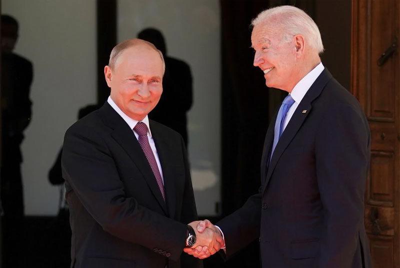 Tổng thống Mỹ Joe Biden và người đồng cấp Nga Vladimir Putin bắt tay nhau trước cuộc gặp trực tiếp ở Geneva, Thụy Sĩ, ngày 16/6. Ảnh: Reuters