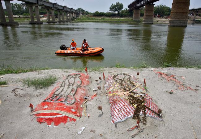 Những thi thể người chết được chôn bên bờ sông Hằng linh thiêng.