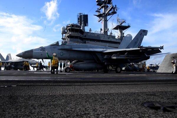 Máy bay trên tàu sân bay USS Ronald Reagan chuẩn bị xuất kích. Ảnh: US Navy