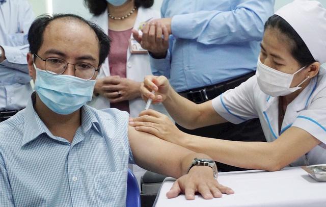 Tiêm vaccine COVID-19 cho lực lượng tuyến đầu chống dịch