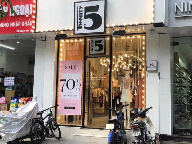 Nhiều cửa hàng kinh doanh treo biển giảm giá đến 70%.