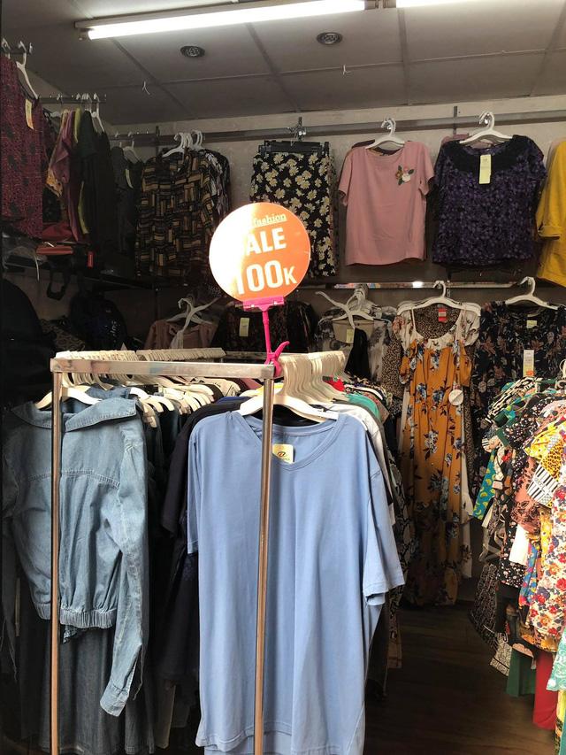 Nhiều sản phẩm áo phông mùa hè giá chỉ từ 100.000 – 200.000 nhưng vẫn không có nhiều người quan tâm…