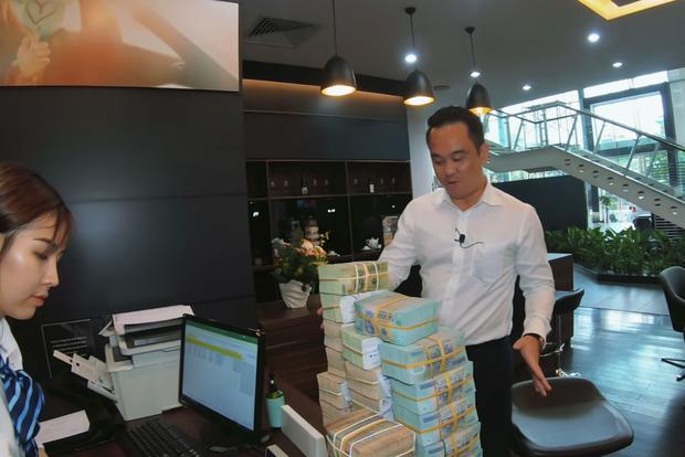 Mr. Xuân Hoàn bên 'tảng' tiền trị giá gần 8 tỷ VNĐ