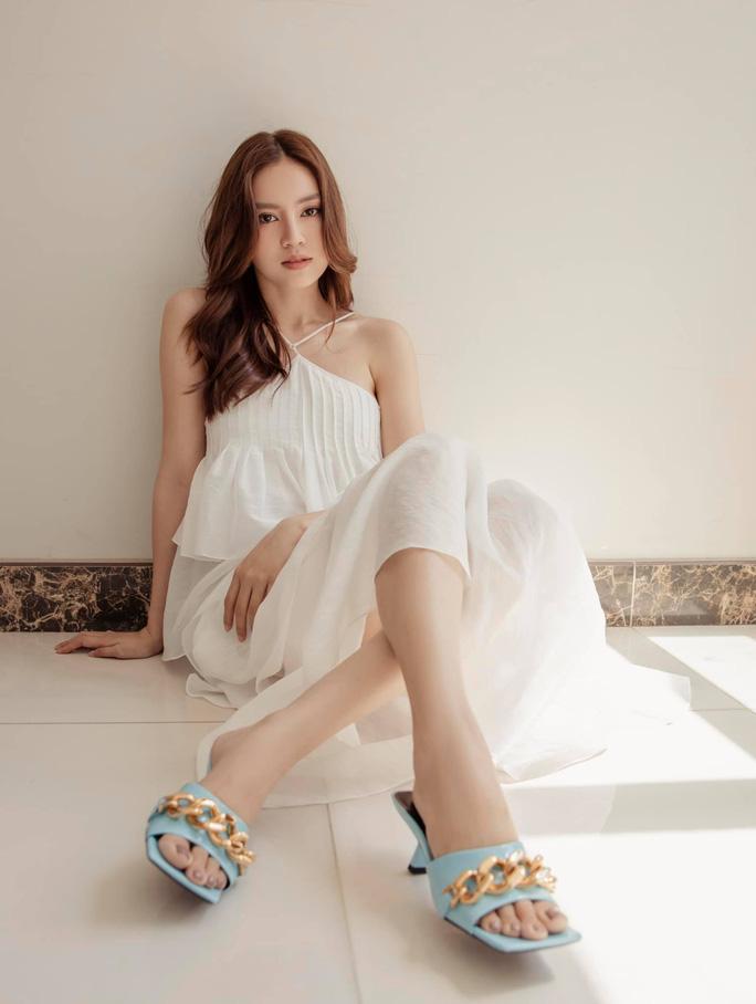 Trước đó, Lan Ngọc được khen nhiều qua loạt ảnh với đầm trắng gợi cảm