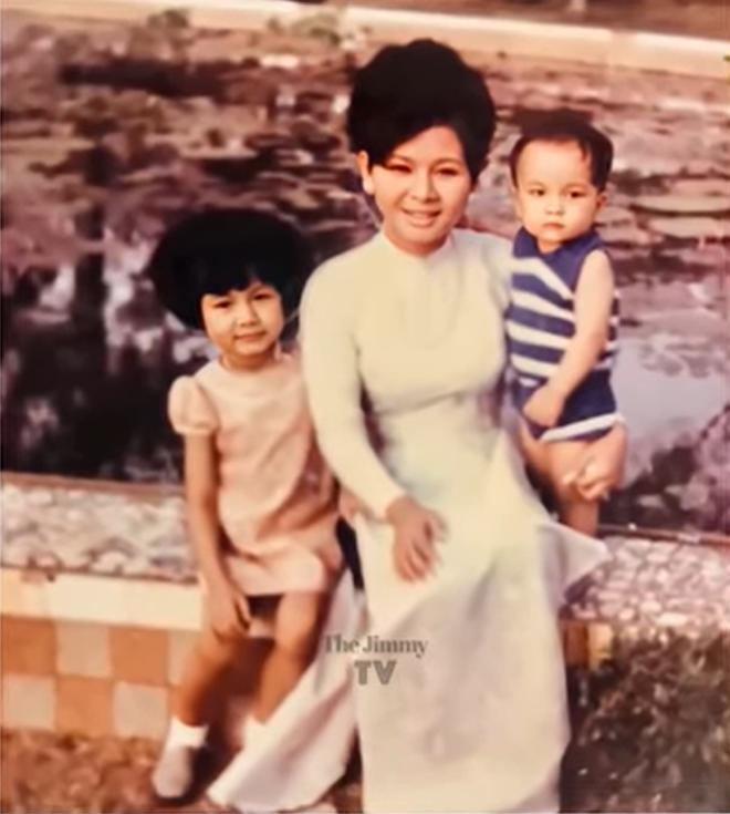 Kim Ngân lúc 3 tuổi, với gương mặt bụ bẫm, chụp cùng mẹ và em