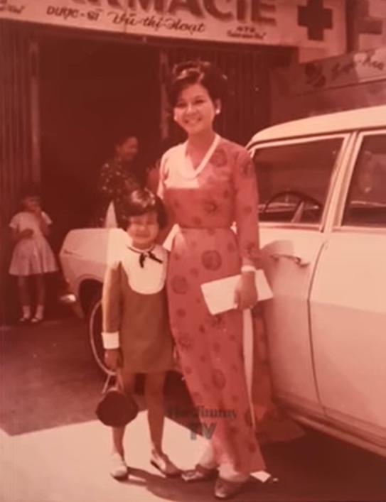 Kim Ngân lúc 5 tuổi, chụp cùng mẹ ruột. Có thể thấy, ngay từ nhỏ, Kim Ngân đã được mẹ cho ăn diện, tỏ ra điệu đà